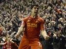 Liverpoolský útočník Luis Suarez slavil svůj gól proti Evertonu jako zvíře.