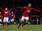Ashley Young slaví jeden z mála úspěchů Manchesteru United v poslední době.