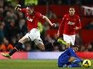 Fotbalista Manchesteru United Phil Jones přeskakuje Fraizera Campbella z