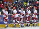 Hráči HC Mountfield Hradec Králové zdraví fanoušky v Hradci po vyhraném utkání...