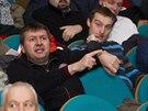 Šéf fotbalového fanklubu Jan Kotouček (vlevo v černém) a jeho kolega František...