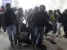 P��znivci Muslimsk�ho bratrstva a svr�en�ho prezidenta Murs�ho odn�ej�...