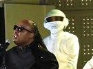 Stevie Wonder si s Daft Punk zahrál jejich vítěznou píseň Get Lucky, přidali se...