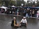 Meditující demonstranti. Kedžrívalovi stoupenci zvolili nenásilnou formu