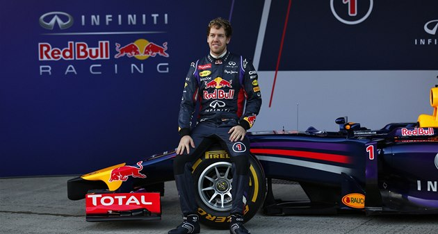 �AMPION P�I PREZENTACI. Sebastian Vettel s novým vozem p�ed dal�í sezonou