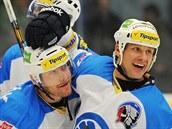 VETERÁNI. Martin Straka (vpravo) gratuluje Tomáši Vlasákovi ke gólu, díky...