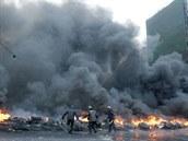Demonstranti zapálili v ulicích Kyjeva barikády z pneumatik. (23. ledna 2014)