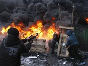Protestuj�c� v ulic�ch Kyjeva si postavili i provizorn� prak, aby na policisty...