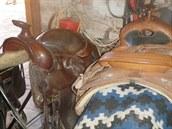 Z útulku pro koně Bianka v Žirči zloděj odnesl i tato dvě westernová sedla...