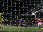 Javier Hernández z Manchesteru United střílí gól do sítě Chelsea, Petr Čech...