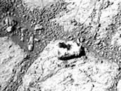 Nekolorované snímky kamene ležícího před Curiosity z 26. prosince (vlevo) a 8....