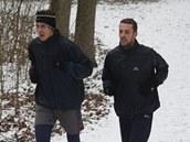 Fotbalista Slovácka Jan Trousil (vlevo) při běhu Kunovským lesem spolu s