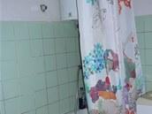 Koupelna s bojlerem a starými obkladačkami