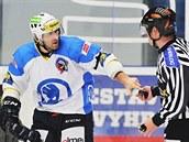 Plze�sk� �to�n�k V�clav Pletka si bere od rozhod��ho puk. Pr�v� zaznamenal 250. ligov� g�l a vstoupil do Klubu kanon�r�.