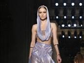 Model z kolekce Versace jaro/léto 2014 (Paříž, 19. ledna 2014)
