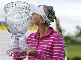 Jessica Kordov� l�b� trofej pro v�t�zku turnaje americk�ho okruhu LPGA na