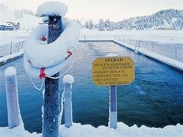 Část vysokohorského jezera je v zimě vyhřívaná a dá se vní plavat.