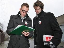 Studenti Luděk Plachký (vlevo) s Vojtěchem Hlubkem si pečlivě zapisovali,...