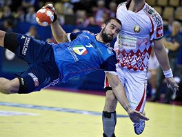 Francouzský házenkář Igor Anič skóruje v duelu proti Bělorusku.