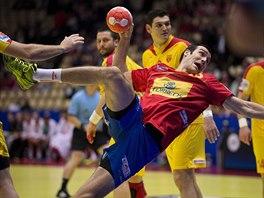 Španělský házenkář Gedeon Guardiola střílí gól Makedonii.