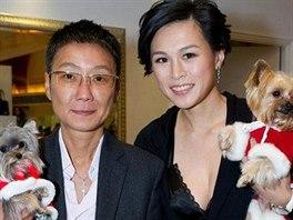Gigi Chaová (vpravo) se svou manželkou.