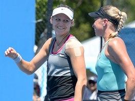 ÚSMĚVY. Lucie Šafářová (vlevo) a Andrea Hlaváčková na Australian Open.