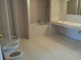 Původní koupelna - ve velkém prostoru se zařizovací předměty bezradně ztrácely.