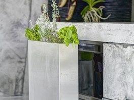 Dveře kryjící jeden ze spotřebičů zakončuje truhlík na bylinky.