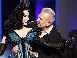 M�dn� n�vrh�� Jean Paul Gaultier pozval na p�ehl�dkov� molo svou dlouholetou m�zu tane�nici Ditu Von Teese. Ta p�edvedla korzet ve tvaru mot�la.