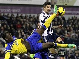 Romelu Lukaku z Evertonu se pokouší o nůžky v duelu s West Bromwich Albion.