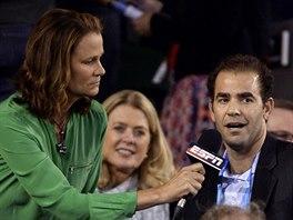 Pete Sampras odpovídá reportérce televize ESPN při semifinále Australian Open.