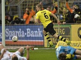 A HONEM SLAVIT. Sven Bender z Dortmundu (ve žlutém) právě vstřelil úvodní gól...