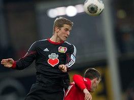 Lars Bender (vlevo) z Leverkusenu hlavičkuje, český záložník Freiburgu Vladimír...