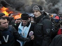 Vitalij Kličko vyzval na kyjevském Náměstí nezávislosti ke klidu a odsoudil násilí (24. ledna 2014).