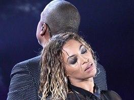 Jay-Z a Beyoncé vystupují na Grammy 2013