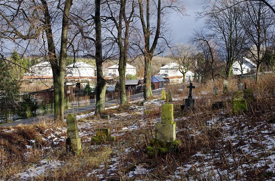 Zdevastovaný hřbitov na Slavkově