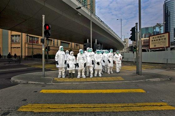 ČEKÁNÍ NA ČISTKU. Zdravotníci v ochranném oblečení se chystají na vybití 20...