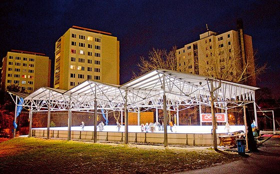 Areál u Základní školy v Gutově ulici. Nabízí venkovní zastřešenou ledovou...