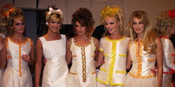 Amber Valetta, Linda Evangelista, Cindy Crawfordová, Eva Herzigová a Claudia Schifferová (1996)