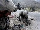 Američtí vojáci v Afghánistánu opatrně odstraňují zbytky výbušniny, kterou na...
