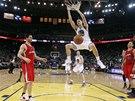 N�CO PRO DIV�KY. Klay Thompson z Golden State sme�uje v duelu s LA Clippers.