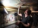 Restaurátoři obnovují nástropní malby v historické budově Národního divadla od...