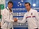 Radek Štěpánek (vpravo) a Robin Haase po losování daviscupového duelu mezi