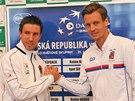 Tomáš Berdych (vpravo) a Igor Sijsling po losování daviscupového duelu mezi