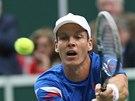 DOSÁHNU. Tomáš Berdych v Davis Cupu v utkání proti Nizozemsku.