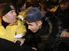 Zpěvák Justin Bieber přijel ve středu 29. ledna k výslechu na policejní stanici...