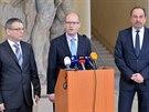 Premiér Bohuslav Sobotka (uprostřed) uvedl 30. ledna v Praze do úřadu ministra...