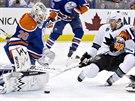 Edmontonský gólman Ben Scrivens vychytává Joea Pavelského ze San Jose, obranným...