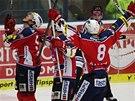 Hokejisté Pardubic slaví gól Tomáše Noska proti Zlínu.