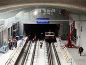Práce na nové stanici metra A Motol. Strop stanice je prosklený (30.1.2014)